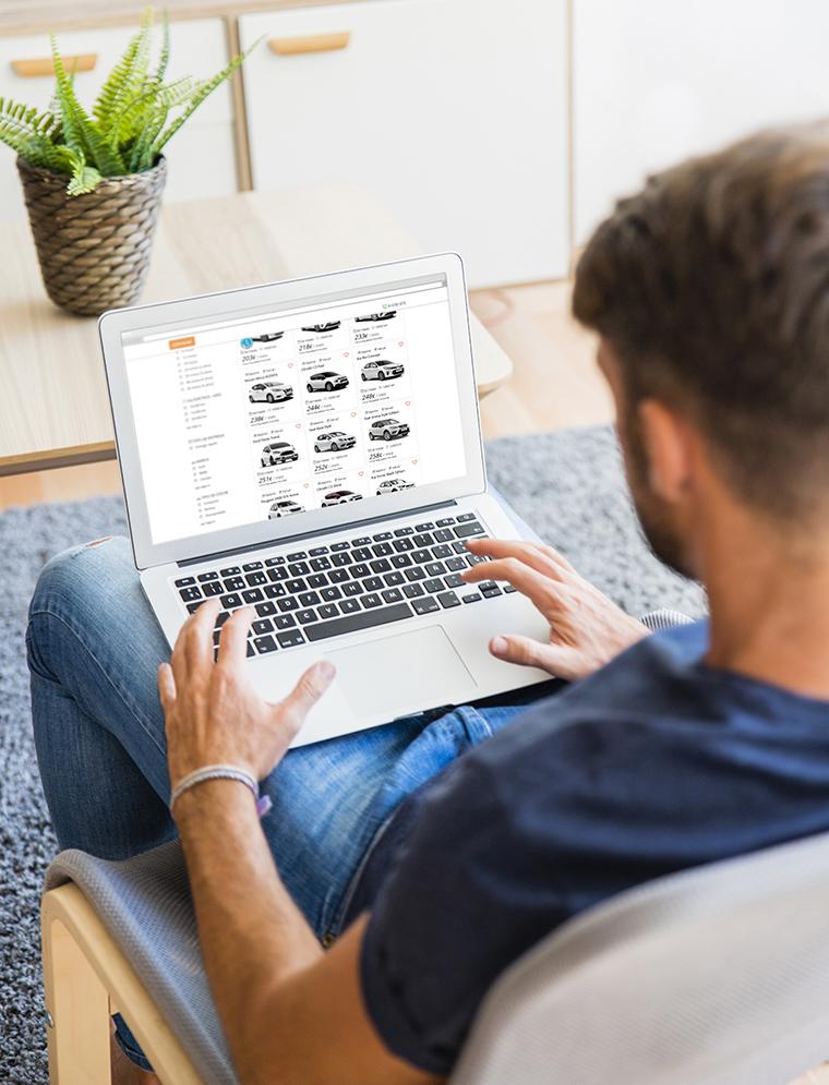 Revisando ofertas de renting de coche con el portátil desde casa